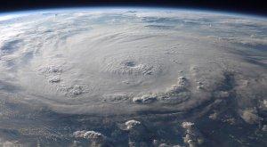 ¿Cómo protegerse ante la llegada de un huracán?