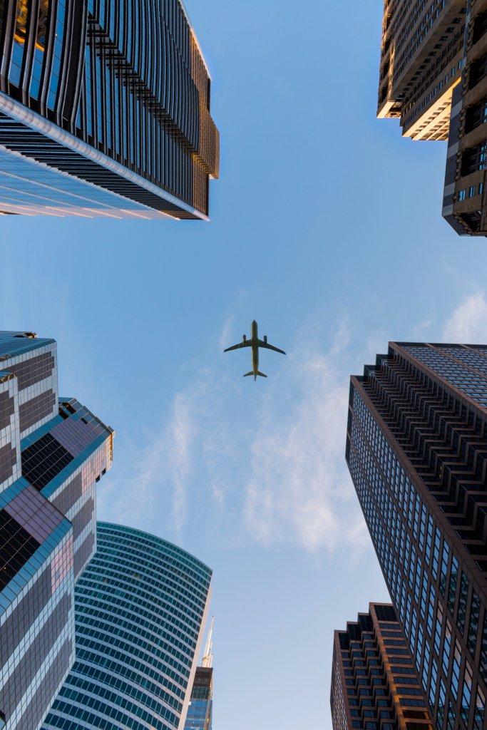 Avión en ciudad