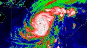 Ciclón Tauktae se intensifica con vientos de 200 km/h y ya deja varios muertos