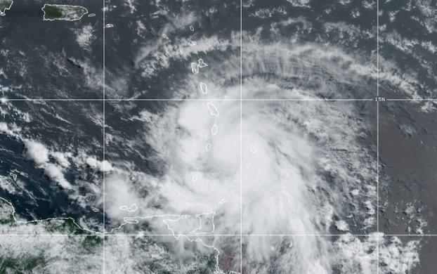 Huracán Elsa entrando al Caribe el viernes